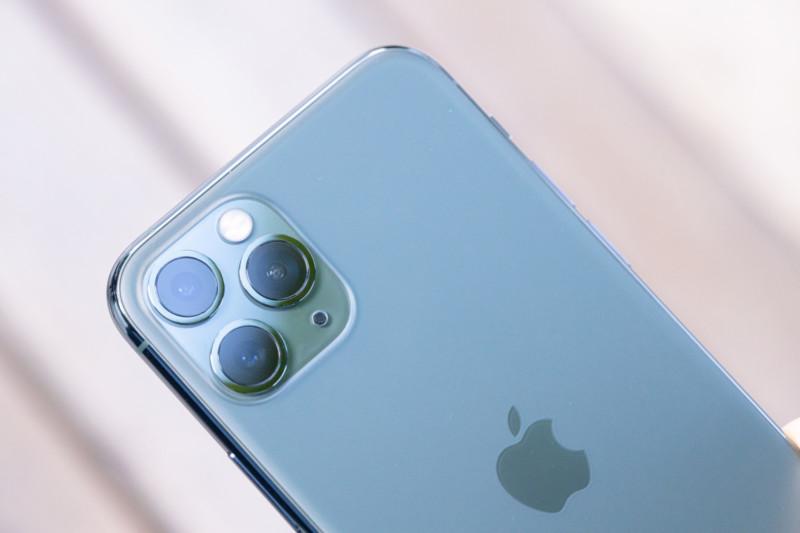 iPhone 11 Pro ミッドナイトグリーンとトリプルカメラ