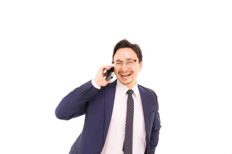 電話しながら笑顔になるドイツ人ハーフ