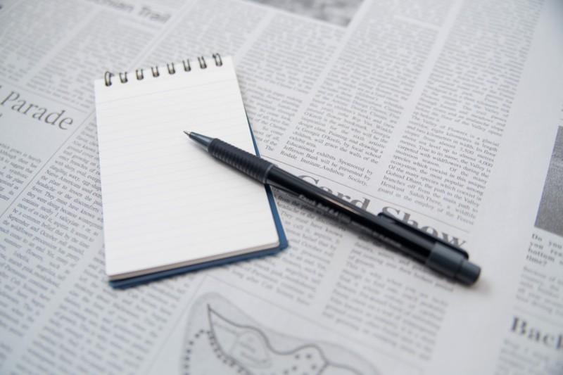 翻訳中のメモとペンのフリー素材