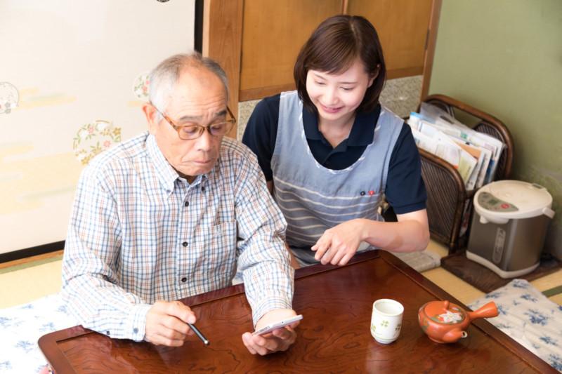 スマホの使い方を若い女性に習うお爺さん