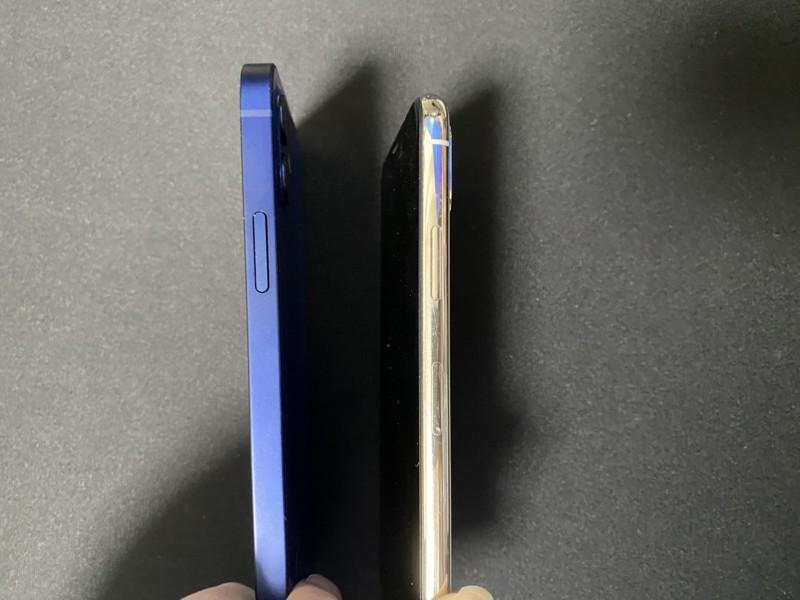 iPhone12とiPhoneX右側面