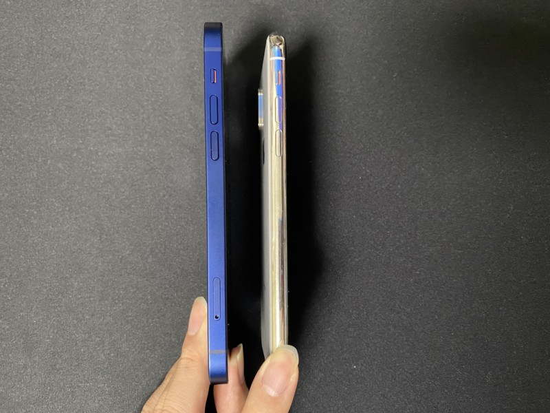 iPhone12とiPhoneX左側面