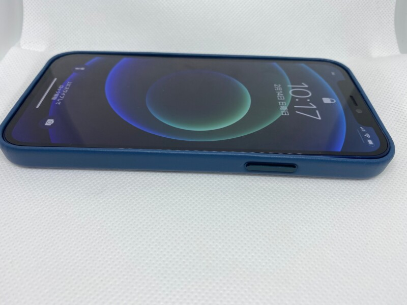 MagSafe対応iPhone 12 | iPhone 12 Proレザーケース - バルティックブルーiPhoneに装着右側