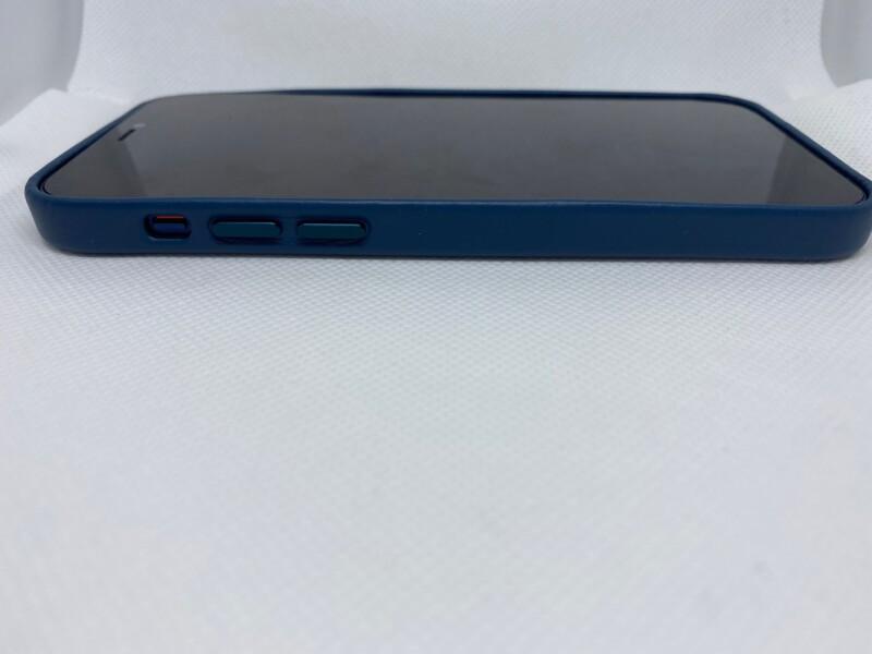 MagSafe対応iPhone 12 | iPhone 12 Proレザーケース - バルティックブルーiPhoneに装着左側